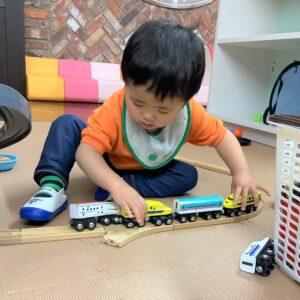 レールをつなげて新幹線や電車をたくさん走らせました。
