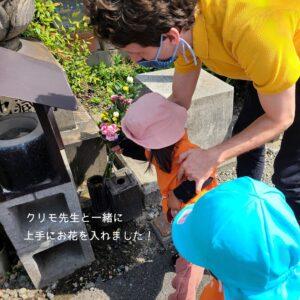 お供えのお花をクリモ先生と一緒に入れ替えをしました。
