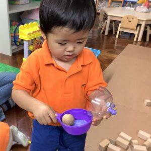 球の積み木はフライパンのおもちゃにいれてお料理にしました