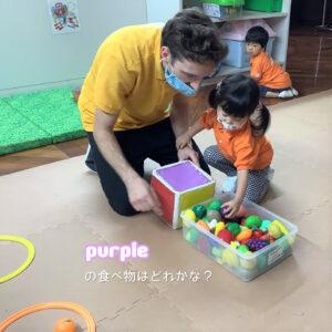 サイコロの出た面の色、purpleと同じ食べ物はどれかな?