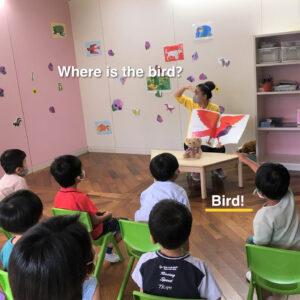 Where is the bird?の質問に壁の鳥を指差ししながら答えてくれました
