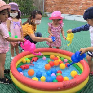 ジョウロが水遊びの大人気アイテム!