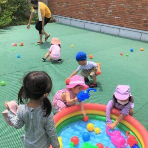 水遊びの後のお片づけは生徒も一緒に協力しておこないます