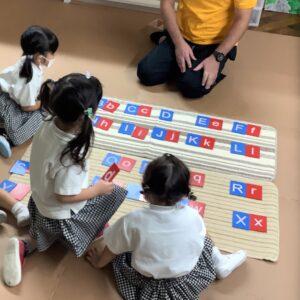 アルファベットを大文字小文字のペアになるように協力して並べます