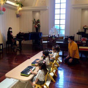 キーボードを使ってドレミの位置を覚える練習♪先生のピアノに合わせて「チューリップ」を演奏しました