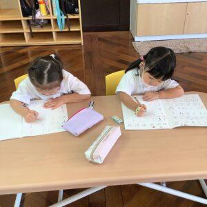 アルファベットをなぞり書きして書く練習です。