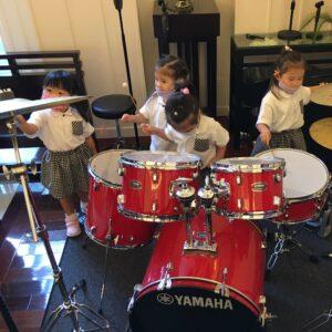 みんなでドラムを好きなようにたたいて曲作り♪