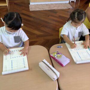 鉛筆で線を結んで、ヤギさんたちのお手紙配達をお手伝いします!